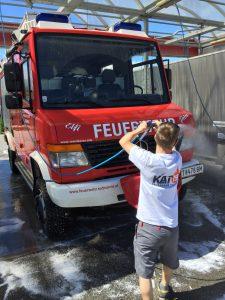 Feuerwehrauto waschen und putzen